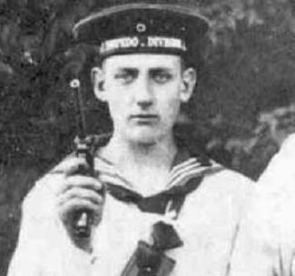 Немецкий моряк с пистолетом Люгера образца 1904 года
