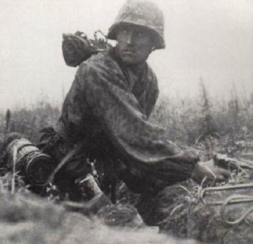 Солдат Ваффен СС с Парабеллумом во время боя на Курской дуге