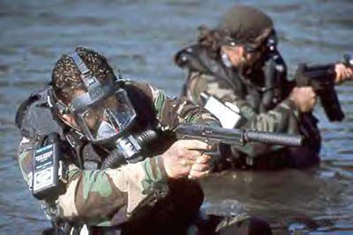 Боевой пловец вооружен пистолетом Mark 23 Model 0 с присоединенным глушителем