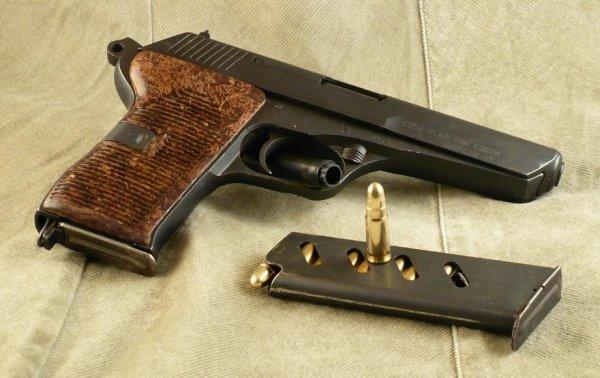 Пистолет CZ 52 со снаряженным магазином
