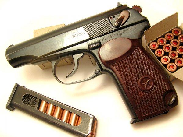 ПМ выпуска 1972 года с обоймой и стандартными пачками на 16 патронов