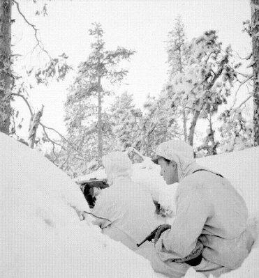 финские солдаты во время «Зимней» войны 1939-1940 гг. с Парабеллумом и пистолетом-пулеметом Суоми