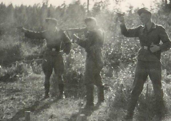 Немецкие солдаты на Восточном фронте с Парабеллумами и МП.40