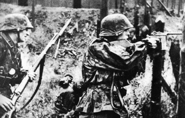 Солдаты дивизии СС «Тотенкопф» вооруженные карабином Mauser 98k и пистолетом Mauser M.712