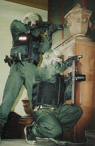 Германские полицейские вооруженные пистолетами HK P7 M13