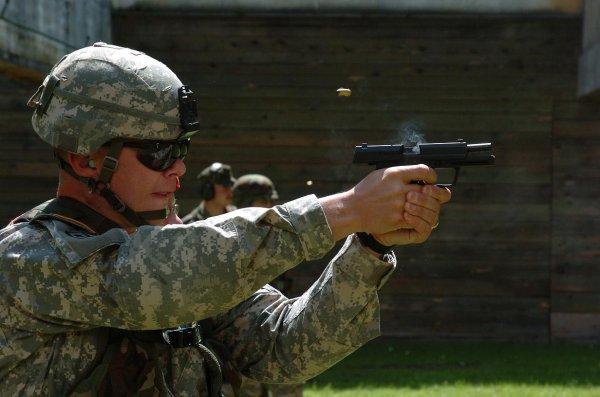 Солдат седьмой армии резерва командования США тренируется в стрельбе из табельного пистолета P8