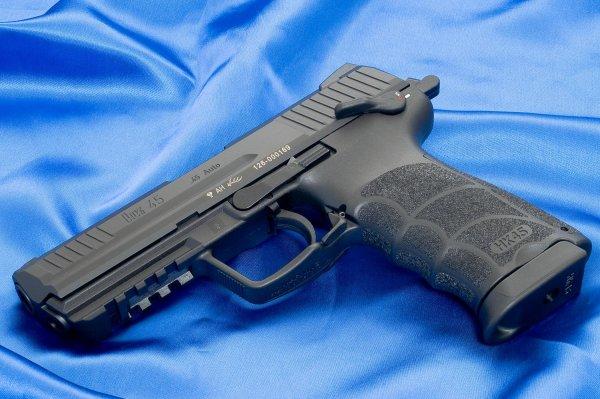 Коммерческий вариант пистолета HK 45 с черной рамой
