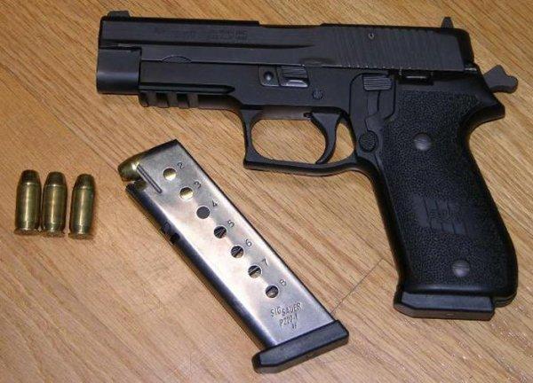 Sig Sauer P220 с направляющими Picatinny