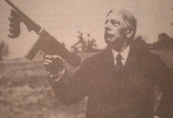 Джон Томпсон с пистолетом-пулеметом своей конструкции