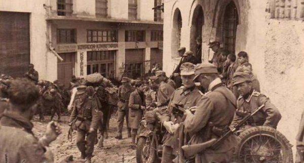 Немецкие солдаты в Греции, на фото трофейный Tompson M1928