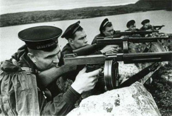 Моряки Северного флота с пистолетами-пулеметами Thompson M1928A1