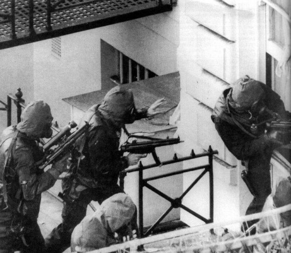 Бойцы SAS с пистолетами-пулеметами MP5A3