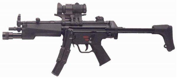 MP5A3 с присоединенным коллиматорным прицелом закрытого типа и тактическим фонарем