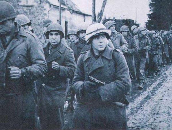Немецкий солдат конвоирует американских военнопленных, Арденны, 1945 год